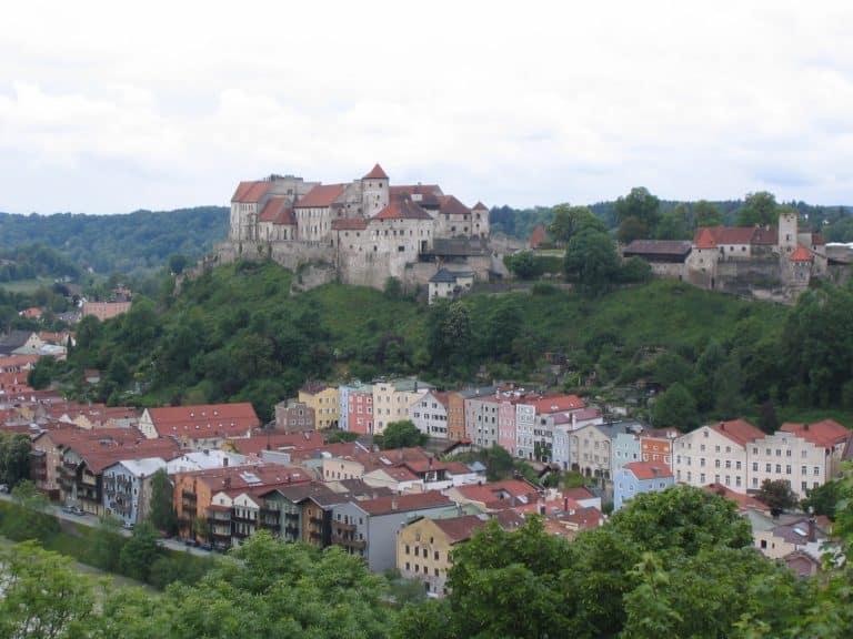 Aussichtpunkt bei Ach / Österreich auf die weltlängste Burg