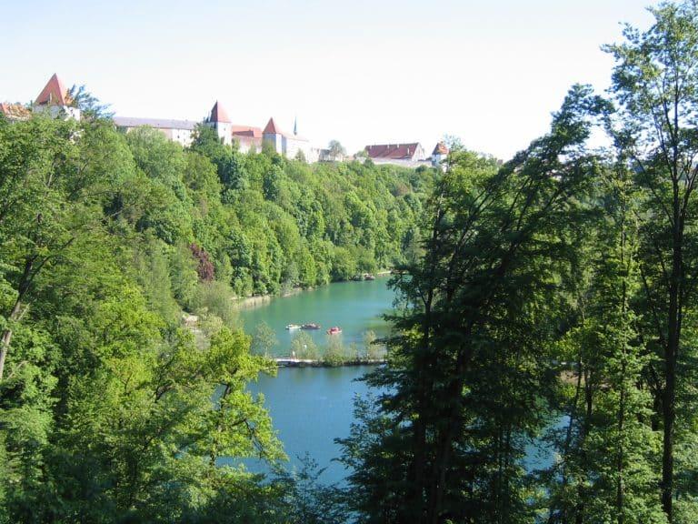 Blick über den Wöhrsee und die Burg von Burghausen