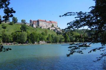 Blick über den Wöhrsee auf Teile der Burg in Burghausen