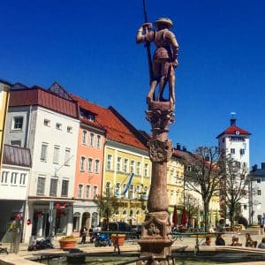 Traunstein, Stadt mit Geschichte | Blick auf den Lindlbrunnen am Stadtplatz